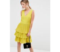 Plissiertes Kleid mit Stufen und V-Ausschnitt Gelb