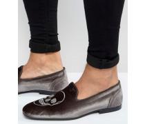 Graue Loafer aus Samt mit Totenkopf-Stickerei und Strassverzierung Grau