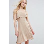 Ausgestelltes Kleid mit gerüschtem Oberteil Cremeweiß