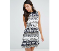 Kleid mit Gürtel und geometrischem Print Cremeweiß