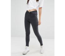 Schmal geschnittene Jeans mit hohem Bund und ausgefranstem Saum Schwarz