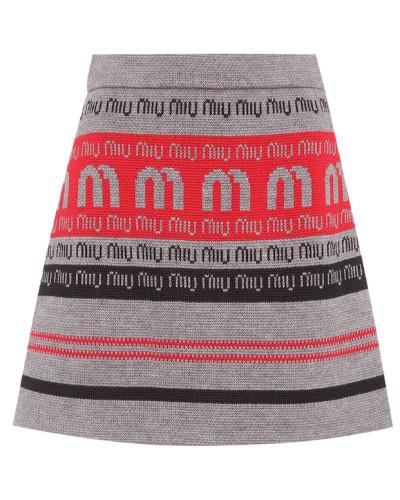 Minirock auf einem Wollgemisch