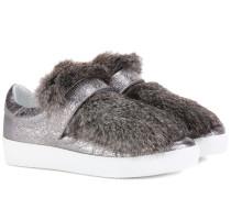 Sneakers aus Metallic-Leder mit Pelz