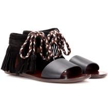 Sandalen aus Glatt- und Veloursleder mit Fransen