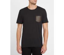 Schwarzes T-Shirt mit Rundhalsausschnitt und Ledertaschen