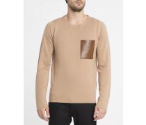 Beigefarbener Pullover mit Ledertasche
