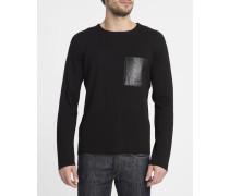 Schwarzer Pullover mit Rundhalsausschnitt und Ledertasche