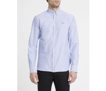 Blaues Oxfordhemd mit Aufnäher