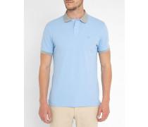 Himmelblaues Poloshirt mit buntem Kragen und Brustlogo