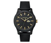 Uhr Lacoste.12.12 mit schwarzer Silikonbeschichtung und schwarzem Silikonarmband und gelbgold IP Akzenten auf dem Zifferblatt
