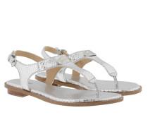 MK Plate Thong Sandal Metallic Silver Sandalen