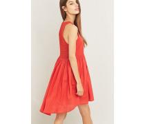 Kleid mit gehäkelter Rückenpartie