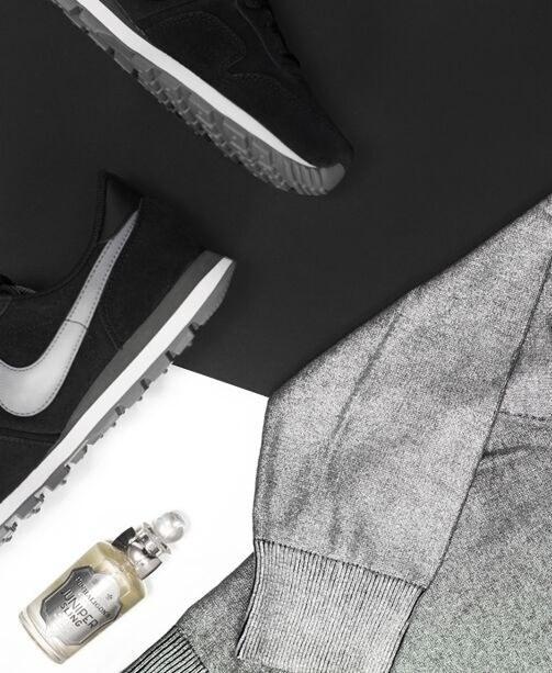 Nike Sneaker und silbergrauer Pullover