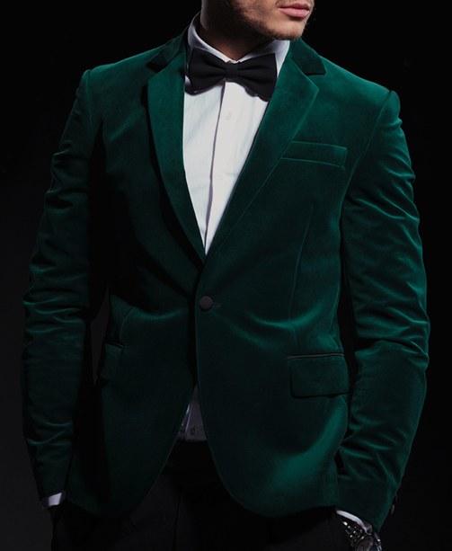 Mann in grünem Samtsakko