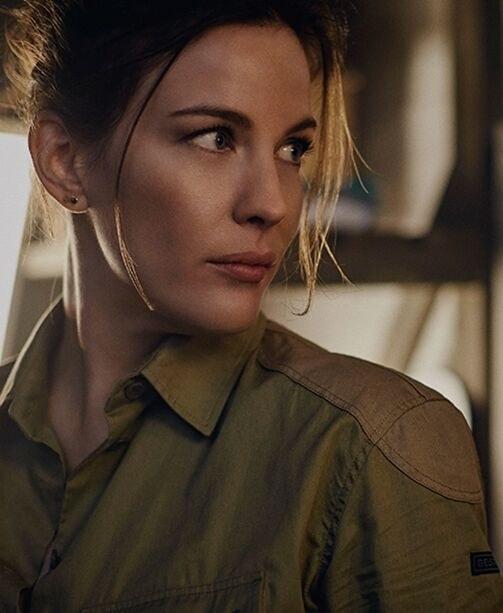 Liv Taylor mit Bluse im Military-Look von Belstaff