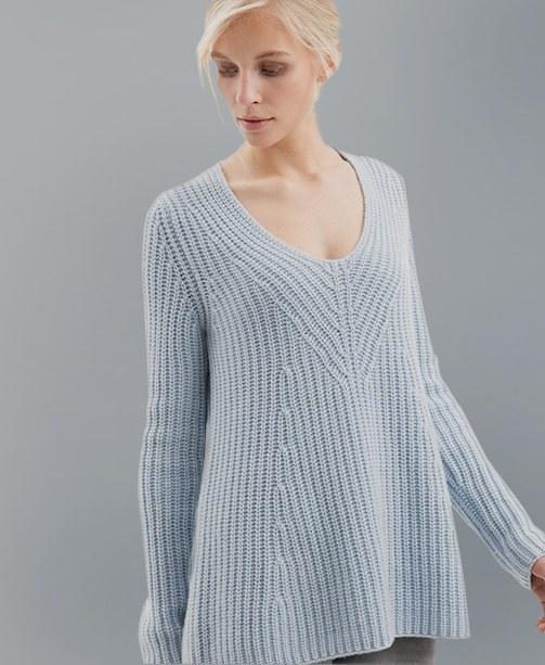 Frau in hellblauem Pullover