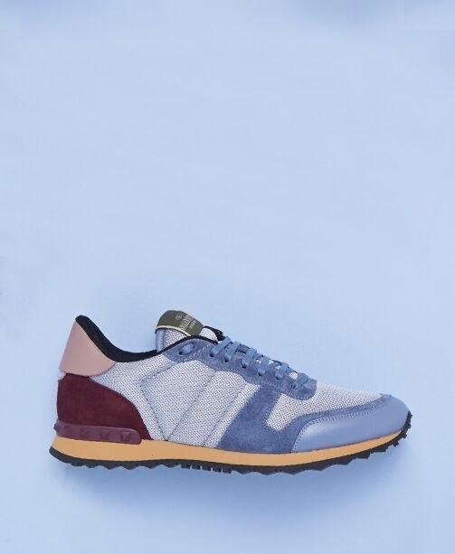 Hellblaue Sneaker mit bordeaux-rosa Ferse von Valentino