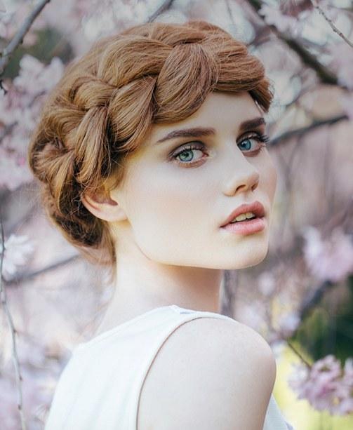 Frauenkopf mit Flechtfrisur