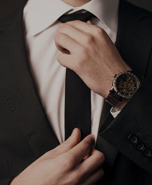 Mann im Anzug mit Uhr